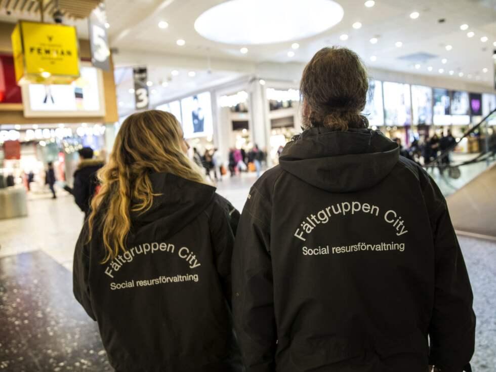 Fältarbetarna Magnus Bergström och Jenny Rylander patrullerar i Nordstan. Foto: HENRIK JANSSON GT/EXPRESSEN