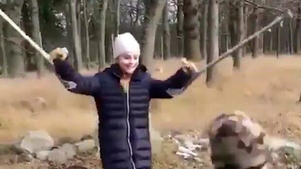 """Här hoppar Estelle runt på  kryckorna: """"Upp och hoppa!"""""""