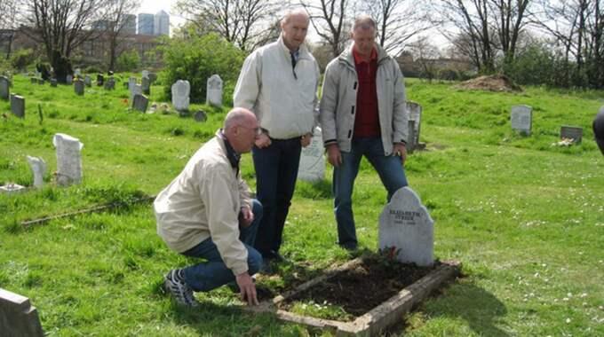 Bröderna Jakobsson vid Elizabeth Strides grav. Foto: Privat