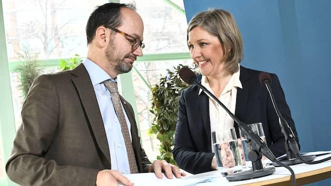 Infrastrukturminister Tomas Eneroth och miljöminister Karolina Skog under pressträff om utformandet av miljözoner. Foto: CLAUDIO BRESCIANI/TT / TT NYHETSBYRÅN