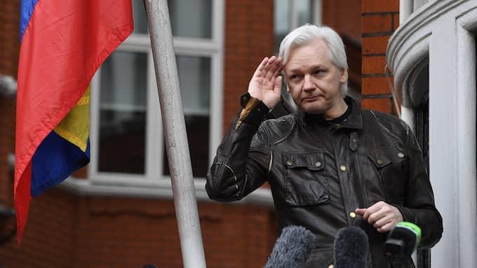 Julian Assange på balkongen till Ecuadors ambassad i London. I dag är det fem år sedan han sökte politisk asyl där. Foto: FACUNDO ARRIZABALAGA / EPA / TT / EPA TT NYHETSBYRÅN