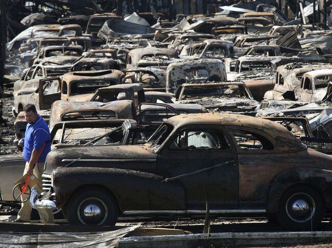 Försäkringsbolaget undersöker de utbrunna bilarna.