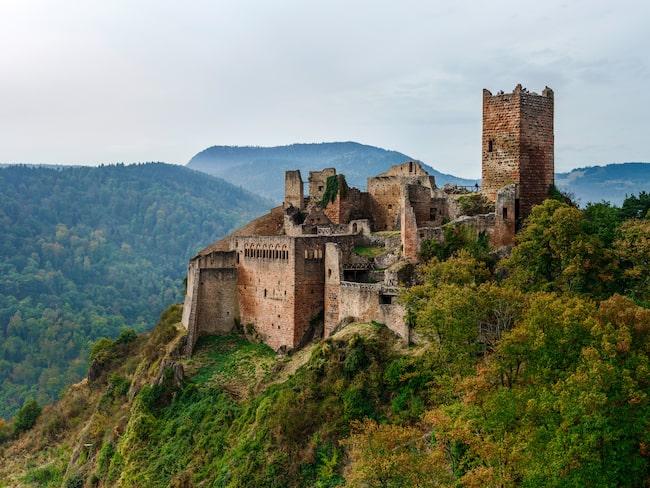 Château de Saint Ulrich är en av tre borgar som ligger runt den lilla staden Ribeauvillé i östra Frankrike.