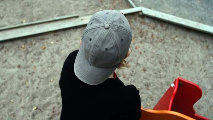 Förskolelärarna får vara utomhus med barnen hela året – något som sliter på kläderna. Foto: Lars Andersson