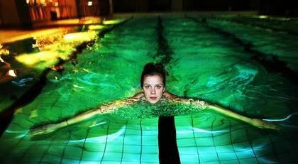 """FYRA GÅNGER I VECKAN. Catharina Ranje, 27, tränar ungefär fyra gånger i veckan. """"Det blir löpning, cykling, styrketräning och bad"""" säger hon. Här simmar hon några längder i bassängen på Oasen bad och motion på Kungsholmen i Stockholm."""