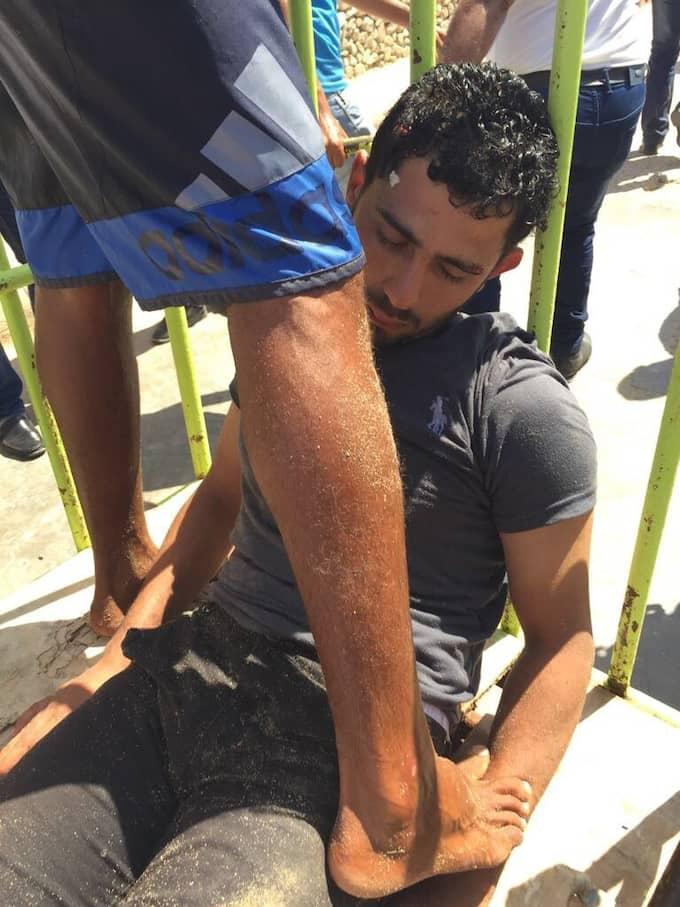 Förbipasserande och hotellets säkerhetspersonal hjälptes åt med att avväpna mannen som högg ihjäl två tyska kvinnorpå ett strandhotell i Hurghada, Egypten, under fredagen. Foto: STR / EPA / TT / EPA TT NYHETSBYRÅN