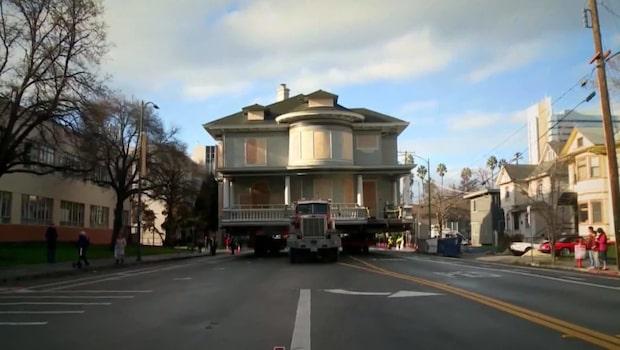Här flyttas det 181 ton tunga huset