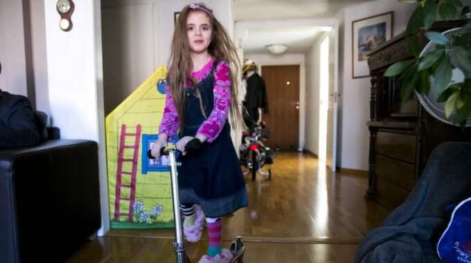 Isabel har återgått till sitt liv som livfullt barn. När GT är på plats är leken i fokus. Knappast någonting annat fångar hennes intresse. Foto: Lennart Rehnman