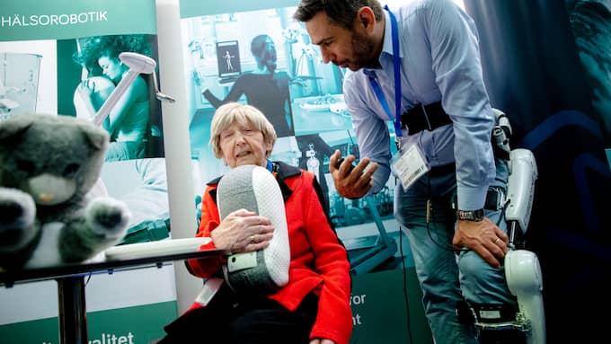 Adam Hagman, affärsutvecklare inom hälsorobotik, berättar om robotkatten. Foto: HENRIK JANSSON / GT/EXPRESSEN