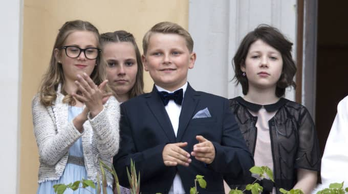 Kusinen Leah Isadora Behn, 12, (till vänster) fick nog av lustigheterna efter en stund. Foto: Splash News / SPLASH NEWS/IBL SPLASH NEWS