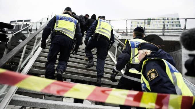 HÖG ARBETSBELASTNING. Sverige är ett land med få poliser per invånare, samtidigt som arbetsuppgifterna hopar sig. Som här, gränskontroller i Malmö. Foto: Anna-Karin Nilsson
