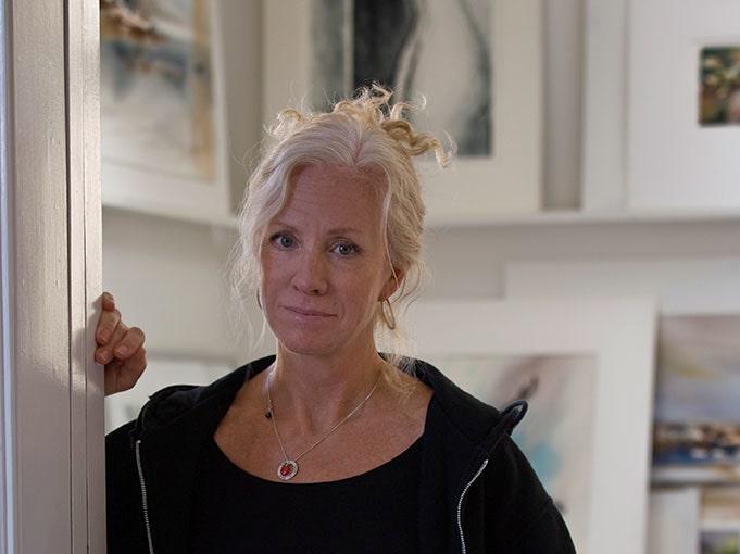 Gunnel Moheim målar i akvarell, ofta i varma kulörer. Hon inspireras av cityliv och naturen.