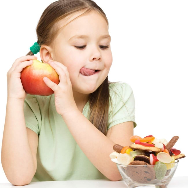 SOCKERFRI ZON. Barn ska aldrig ha obegränsad tillgång på sötsaker och åtminstone skola och förskola borde vara sockerfria zoner, säger vetenskapsjournalisten Ann Fernholm. 22 procent av de kalorier svenska barn får i sig kommer från tillsatt socker, enligt en ny studie.
