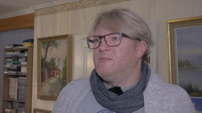 Johan från Stockholm har drabbats av en stalker. En okänd man ringer dag som natt till familjen med förvrängd röst.