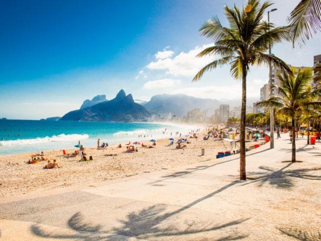 Människor från hela världen flockas på stranden Ipanema under OS i Rio.