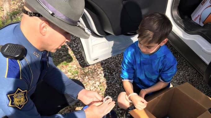 Toxey fick leka med poliserna och prova polisbilen. Foto: Arkansas State Police