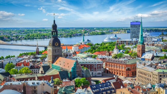 Lettlands huvudstad Riga är vacker och prydlig. Missa inte gamla stan.