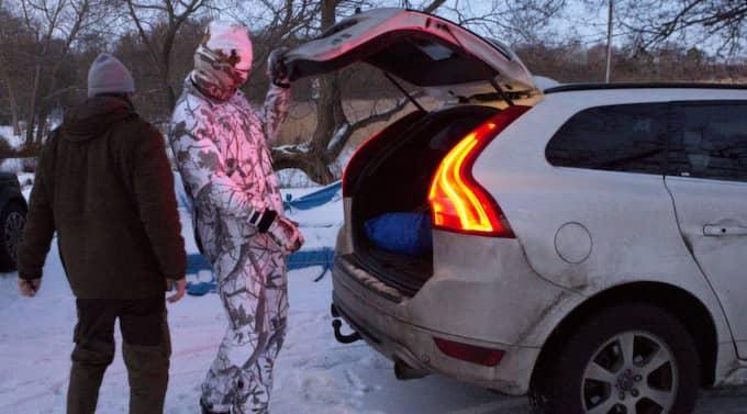 Zlatan plockar in sina saker i bilen för hemfärd men ville inte avslöja hur jakten gått. Foto: Gunnar Seijbold