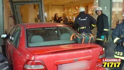 Mannen körde rakt in i frisersalongen i Sundbyberg. Foto: John Sjögren/Läsarbild