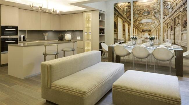 Huset på den lyxiga adressen i London är totalrenoverat och har tre sovrum, fyra badrum, garage och takterass.