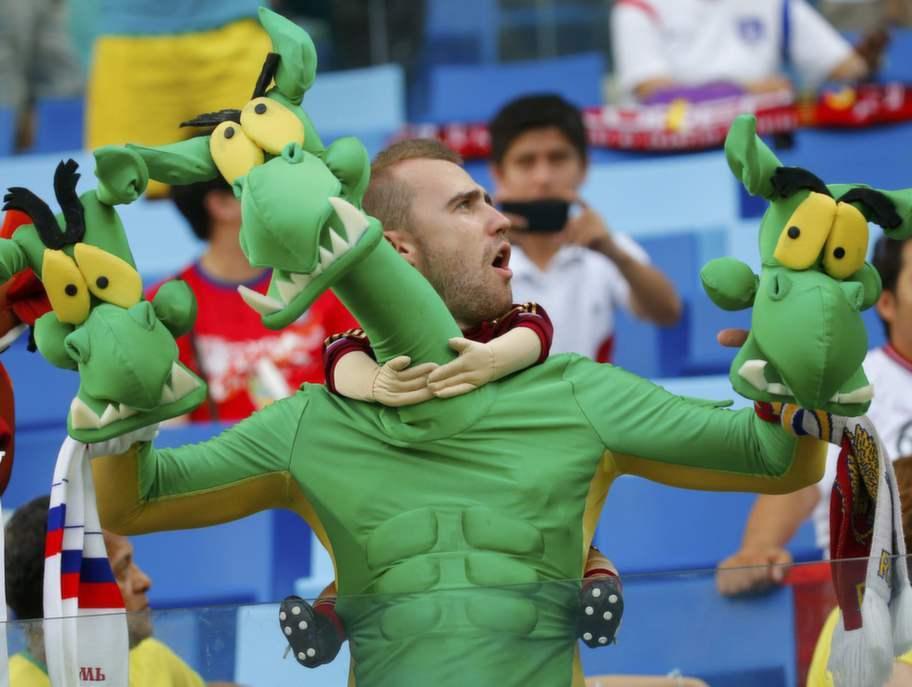En man som till synes rider på en drake med tre huvuden. Under VM-festen är det få syner som förvånar. Foto: Paul Hanna