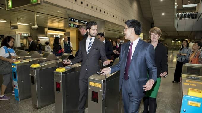 Prins Carl Philip tog tunnelbanan i Hongkong. Foto: DAVID SICA / STELLA PICTURES