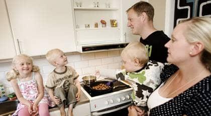 """Köttbullar är ett säkert kort när tiden tryter hemma hos familjen von Knorring i Tyresö, söder om Stockholm. """"Med tre barn måste maten bli klar på 20 minuter och det innebär oftast korv, köttbullar, korvstroganoff eller köttfärssås, säger Sandra och Mattias von Knorring. Barnen Elvira, 5, Filip, 3, och Theodor, 1, verkar inte heller lida av kosten. Foto: Magnus Jönsson"""