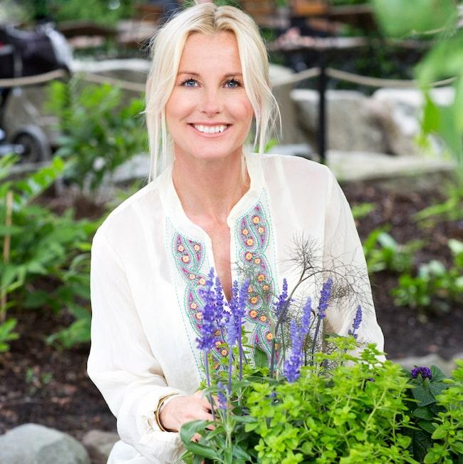 """Att plocka in små buketter som sprider väldoft är verkligen sommar. """"Luktärter är mycket lätta att lyckas med. De ger mycket skönhet och glädje för pengarna"""", säger trädgårdsmästaren Victoria Skoglund."""