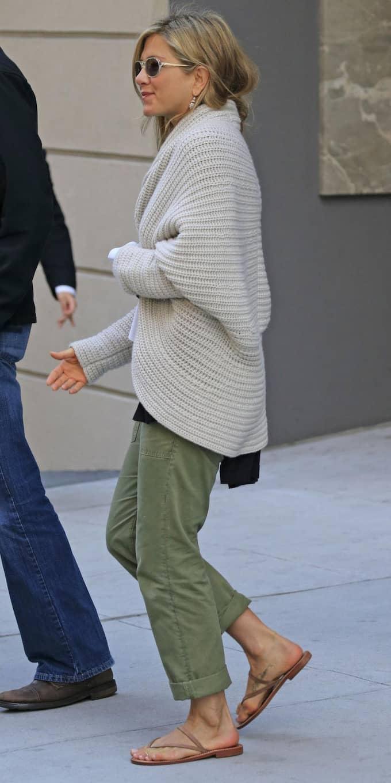 Jennifer Aniston på stan i mitten av maj i bruna sandaler.