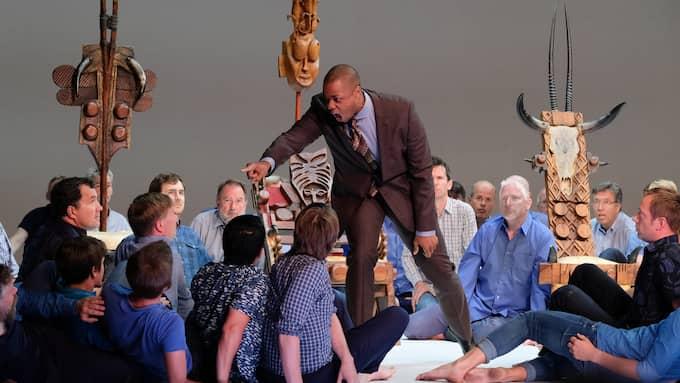 Davóne Tines och Orphei drängar ur Oedipus Rex på Kungliga Operan. Foto: Arne Hyckenberg
