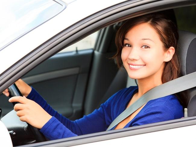 Varannan ung bilförare vill ändra sitt körsätt om det gynnar miljön och trafiksäkerheten.