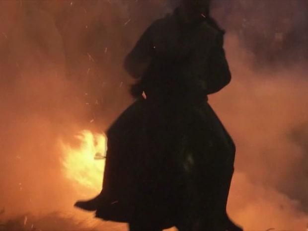 Här rider de hästarna in i elden – stor ilska
