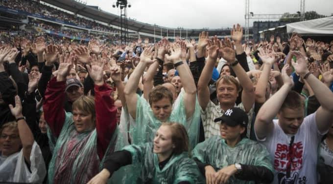 Galen regndans. På lördagens regndränkta konsert sjöng, nej, vrålade publiken så att Vinga fyra höll på att blåsa omkull. Foto: Anders Ylander