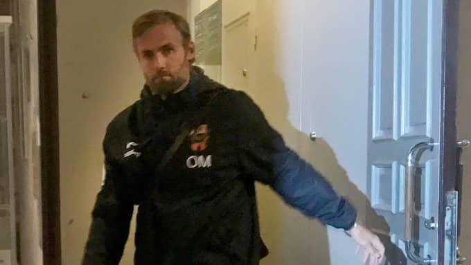 Brommapojkarnas tränare Olof Mellberg lämnar mötet med IFK Göteborgs sportchef Mats Gren natten till torsdagen. Foto: MARKUS WULCAN