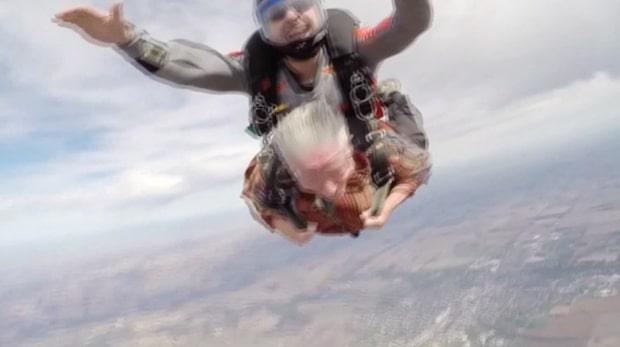 Hon hoppar fallskärm inför 80-årsdagen
