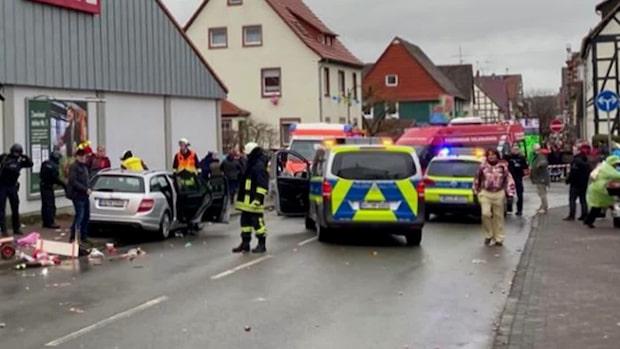 30 skadade när en bil körde in i folkmassa i Tyskland