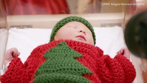 Sjuksköterskorna stickade fula jultröjor till nyfödda