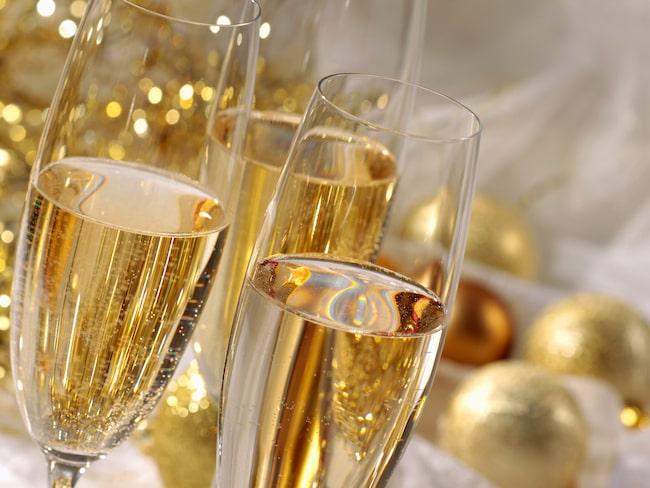 Sprudlande fest med champagne och annat mousserande. Här får du tipsen som förgyller serveringen.