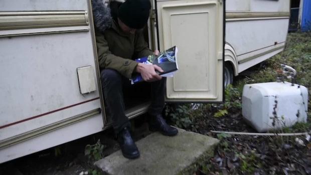 Därför är tusentals skolelever hemslösa - Morteza bor i husvagn utan värme