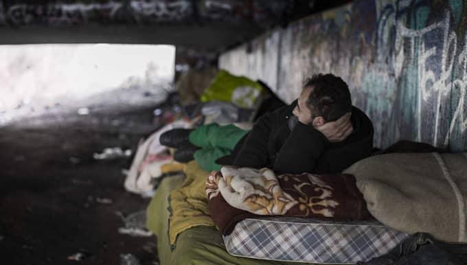 VANN PÅ SKRAPLOTT. Mannen från Rumänien sov under en bro i en svensk stad tillsammans med andra från sin hemby, och tiggde på gatorna. För några veckor sedan vann han på en skraplott och återvänder nu hem till Rumänien för att bygga ett hus. Foto: Andy Prhat /Faktum