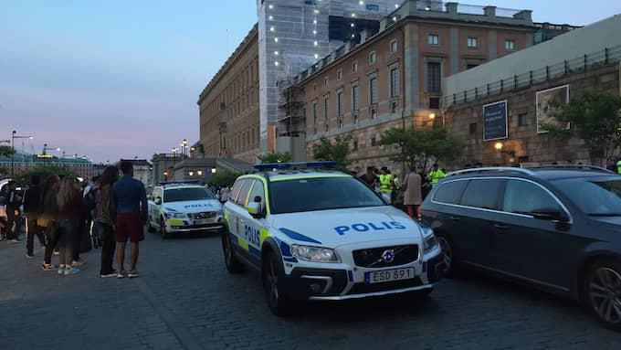 En grupp flyktingar som sittstrejkar på Mynttorget i Stockholm blev under tisdagskvällen attackerade, enligt polisen. Foto: LÄSARBILD