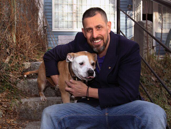 Fullt hus. Dogge Doggelito, här tillsammans med sin pitbull Bobito, bor i Alby med sina barn, fyra hundar och 16 dvärgpapegojor.