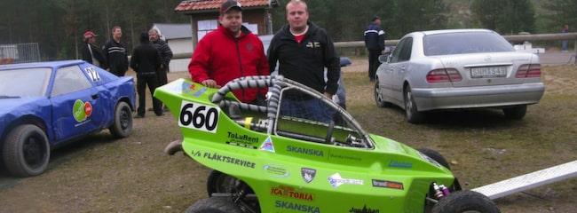 Tomas Oscarsson och Jonathan Walfridsson kör crosskart.