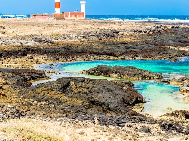 Fyren Faro el Toston är omgiven av ett dramatiskt landskap.