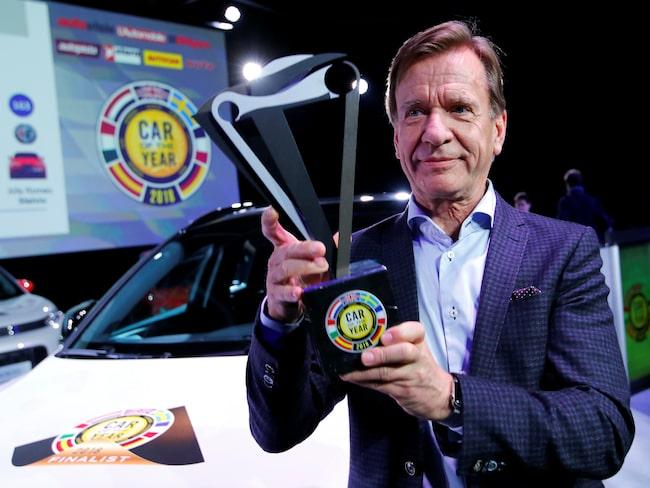 Håkan Samuelsson, vd för Volvo Cars, med priset för vinsten i Car of the Year 2018.
