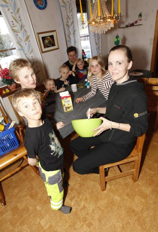 Alltid redo. Företagskoordinatorn Anna Böökari och hennes tre allergiska barn Klara, 9, Kalle, 9, och Nilo, 7, undviker pollen, pälsdjur och nötter. Till familjen hör också pappa Pekka och syskonen Nils, 6, Vilmer, 4, och Theo, 2.