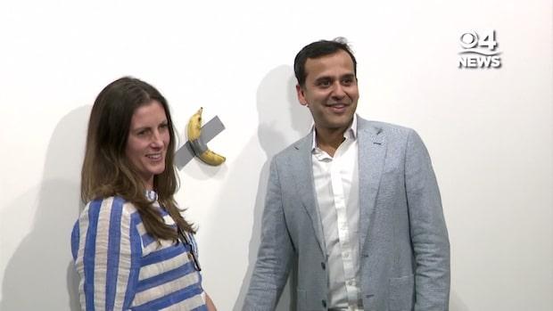 Här poserar besökarna med bananen värd en miljon kronor