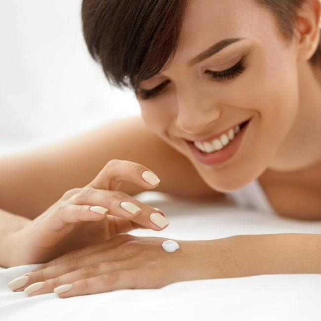 Skrubba och peela händerna en till två gånger i veckan så får krämerna en bättre effekt när du smörjer in dig.