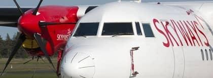 En av Skyways Fokker 50 flygplan parkerat på Kristianstad Airport. Avia Express, som flyger Skyways Fokker, har bland annat sagt upp sina 80 piloter till den 17 juli och vill hyra in piloter utifrån. Foto: Johan Nilsson / Scanpix