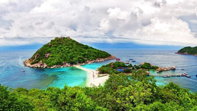 <span>Den thailändska ön Ko Tao ser lugn och fridfullt ut från ovan. Men under ytan döljer sig en skärmmande syn. Bläddra vidare i bildspelet för att se vad som finns under vattnet.</span>